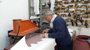 Vom feinsten Kalbsleder stanzt Enrico die strapazierfähigsten Stücke aus.