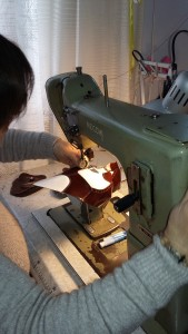 Erfahrung und Geschick: Tiziana näht die Einzelteile zusammen.