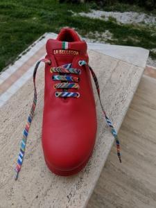 Michis Roter mit bunten Schnürsenkeln