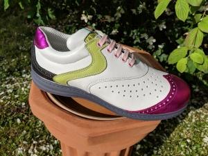 Biancas Schuh mit rosa Schnürsenkeln