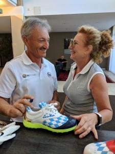 Für eine Greenfee-Spielerin vom GC Wörthsee signiert Enrico den Bayern-Schuh.