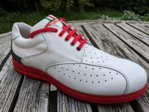 Weiß-Roter mit verschiedenfarbigen Ösen
