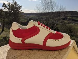 43 Roter Stoff, weißes Leder